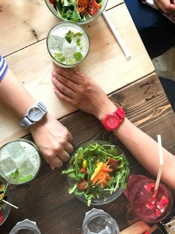 プラスチックのケースとナイロンベルトで作られた、約20グラムの軽量腕時計です。毎日身につけても重さを感じにくく、ストレスにもなりません。  全8色のカラフル展開なので、お友達や家族、恋人とお揃いで腕時計ライフを楽しんでみるのも素敵ですね。
