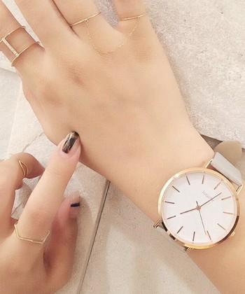 腕周りの華奢さをアピールできる、ビッグフェイスの腕時計です。薄いピンクの文字盤に、グレーのベルトを合わせた繊細な印象のカラーリングは、女性らしさもばっちり。  トレンドアイテムでもある、ゴールドアクセサリーとの相性も抜群です。