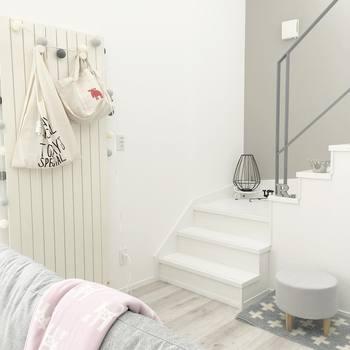 白のウォールラックにかけた、キナリのバッグをインテリア雑貨として使用しています。白の階段や壁に馴染み、収納も兼ねているインテリアはとても使い勝手が良さそうですね。