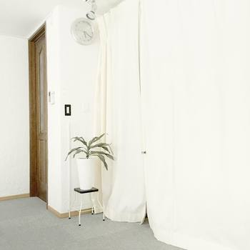 白のカーテンを使用するのも、北欧インテリアにはぴったりなアイディアです。窓に付けるだけでなく、空間を仕切るためにカーテンを設置するのもおすすめ。プランターも白で揃えて、爽やかなナチュラルインテリアに。