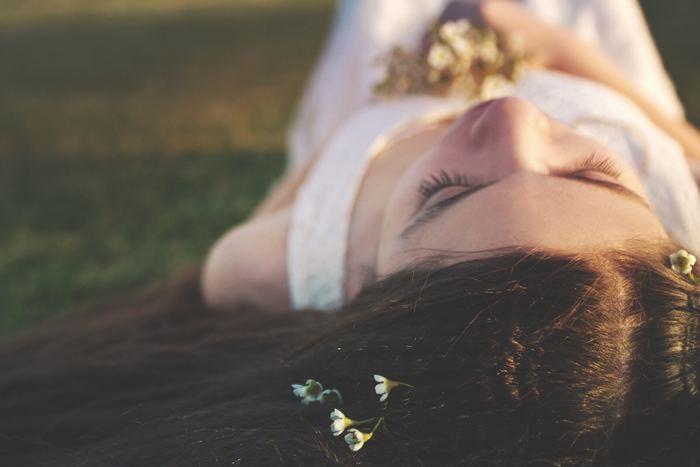 感謝する対象は、なにも人である必要はありません。「今日1日健康に過ごせたことに感謝」「頑張った自分にありがとう」でも良いのです。脳はポジティブな思考や感情を受け取ることで、幸せホルモンと呼ばれる脳内物質を分泌しようとします。そういった脳の無意識の働きが、心の緊張をやわらげ、リラックス状態へ導きながら快眠へとつないでくれるのだそう。