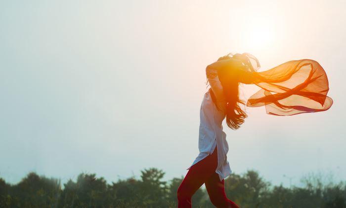 """「感謝することが難しい」と思う方は、""""意識的に感謝する・感謝出来ることを探す""""という点を日々少しずつ増やせるように試みて下さい。その繰り返しがいつしか習慣となり、気づかないうちに物事の捉え方や見方が変化していることでしょう。それは幸福を感じている時間が増えたことと一緒なんですよ。  物事の全てには""""良い面""""と""""悪い面""""があります。でもどちらをフォーカスして見るかによって、その後の物事の動きは大きく変わっていきます。そして、それは自分自身の幸福度にもつながっていくのです。"""