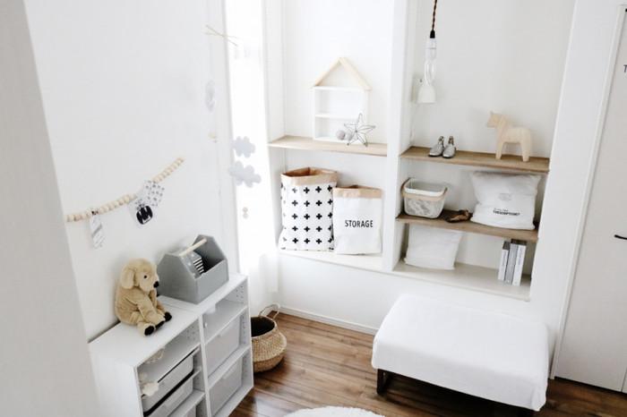 まっしろ雑貨を散りばめた北欧テイストの空間は、ホワイトとナチュラルウッドが絶妙なバランス。椅子のカバーを白にしたり、小さめのラグマットを白に変えるだけでも、優しげな雰囲気を作ることができます。