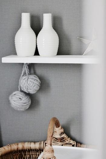 まっしろな花瓶はそのまま飾ってもお花を挿しても、北欧インテリアにしっくりと馴染むまっしろ雑貨のひとつです。北欧テイストには白×グレーの組み合わせもぴったりなので、ぜひ真似したい飾り方ですね。
