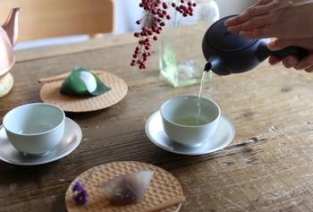 煎茶なら1~2分、玉露なら2分程度待って、急須から茶碗にお茶を注ぎます。茶碗にお茶を注ぐときは、「廻し注ぎ(まわしつぎ)」するのがポイントです。茶碗が3つあれば、それぞれに少しずつお茶を注ぎ、次に逆戻りして注ぎます。廻し注ぎすることで、お茶の量や濃さを均一にでき、皆が美味しいお茶を楽しめます。