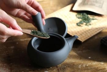 前準備が終わったら、煎茶や玉露などの茶葉を急須に入れましょう。煎茶ならひとり当たり2~3g(ティースプーン1杯)、玉露なら3~5g(ティースプーン中盛り1杯)程度が目安です。