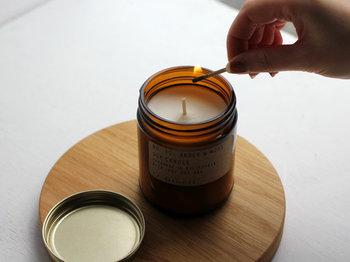 ロサンゼルスのナチュラルキャンドルブランド「P.F.Candle(ピーエフキャンドル)」は、大豆から抽出される天然のソイワックスを使用して作られています。  桃とマンゴスティンやラベンダーとセージなどを使った、香り豊かなキャンドルを制作しており、部屋を満たすフレグランスにほっと一息つくことができるはず。