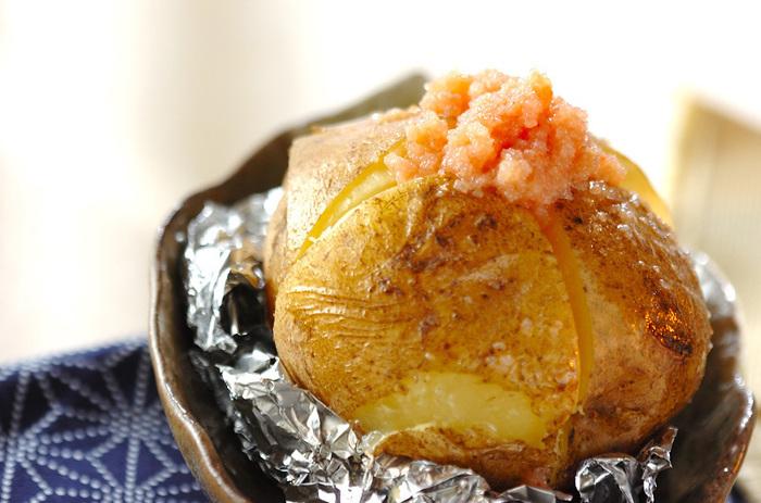 こちらもレンジでやわらかくしてからアルミホイルで包みオーブンで10分焼きます。その上に、明太子とバターで作った明太子バターをトッピングして簡単に一品できあがり♪