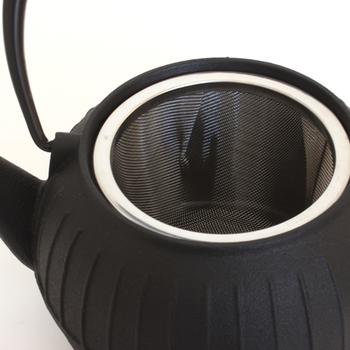 ステンレス製の茶こしは、編み目が細かいので粉茶などにも利用できます。水切れがよく、茶葉が詰まりにくいのも◎ 急須を選ぶときには、茶葉が十分に広がるように、茶こしが大きめに作られたタイプを選ぶのがおすすめです。取り外しできるタイプなら、使用したあとの茶葉をそのまま捨てられるので便利です。