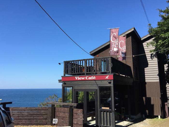 札幌から小樽方面へ向かう道すがら、銭函と朝里の間「張碓」の海辺にたたずむカフェです。夏の小樽の海の澄んだブルーは格別の美しさ。その眺めをひとりじめできるような、開放感たっぷりの空間が自慢です。