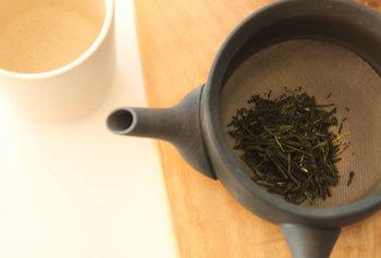 ステンレスの丸網が底全体についていて、網の下にお茶の出口が設けられた急須。茶葉をしっかりこせるので、きめ細やかなお茶を楽しめます。