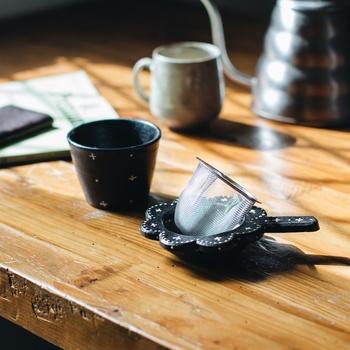 お茶を一人で飲む機会が多いなら、茶こしつきカップがあれば重宝します。急須を洗う手間が省けるので、毎日気軽にティータイムを楽しめます。網が古くなってきたら、取りかえればOKなのも便利です。