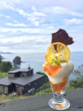 そのほか、パフェやワッフル、ケーキプレートなどのスイーツメニューも充実しています。美しい海を眺めながら、のんびりいただきたいですね。