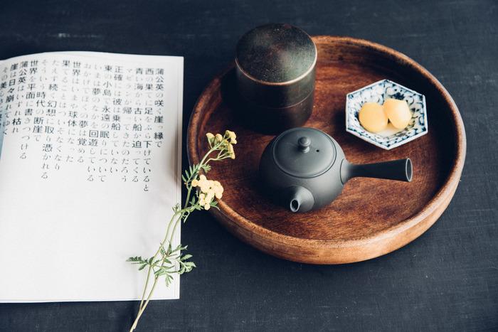急須の素材といえば、陶器が定番です。磁器に比べて保温性・吸水性に優れており、陶土ならではの温もりがあるのが魅力。お茶の渋み成分「カテキン」を吸収するため、まろやかな味わいを楽しめるといわれています。