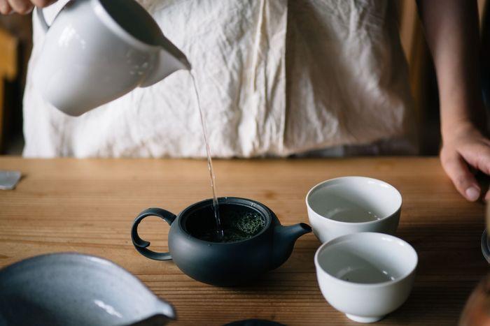 茶碗に注いだお湯を急須に移します。煎茶なら70~80度くらいの温度まで、玉露なら50~60度くらいまで冷ましたお湯を注ぐのがベターです。