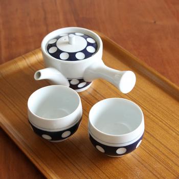 磁器は、ガラス質でつるつるとした質感。陶器より吸水性が低いため、お茶そのものの味わいを楽しめるのが魅力。扱いやすくお手入れも楽チンなので、日常使い用の急須としてもおすすめです。カラーやデザインも豊富なため、選ぶ楽しみもありますね♪