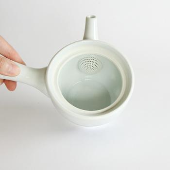 茶こしも、お茶を美味しく淹れるために大切なポイントです。茶葉がしっかりとお湯に浸り、十分に広がるスペースがある急須を選ぶのが◎。急須そのものに穴が空いているタイプは、「ささめ」と呼ばれています。茶こしと急須が一体化しているため、お手入れしやすいのも魅力です。茶葉が詰まってしまわないように、できるだけ目が細かいタイプを選ぶのがおすすめです。