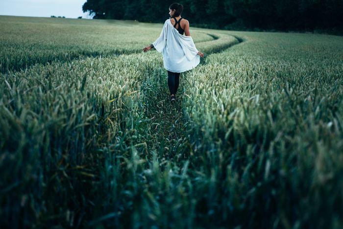 """私自身、一時期スマホ中毒に陥っていた時があり、いつも脳や体に疲れを感じていました。でも少しつづデジタデトックス期間を長くしていった結果、疲労は軽減し、スマホに当てていた時間を散歩やヨガなどの趣味に使えるようになりました。そのことで心にゆとりができ、心なしかイライラも減った気がしてます。  スマホは便利なものですが、心身の健康を守るためにはその""""距離感""""というものがとても大切になってくると実感しました。 私の体験からもデジタルデトックスはおすすめです!「あぁ、私スマホ中毒者かも?」と思った方、今日から少しつづ生活に取り入れてみて下さいね。"""