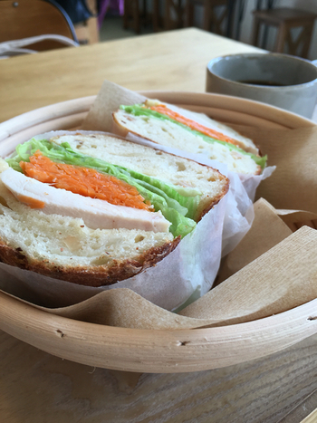 サンドイッチやスープといった、地元産の野菜をたっぷり味わえるメニューも。パンがなくなり次第閉店となるので、訪れるなら早めの時間が◎。