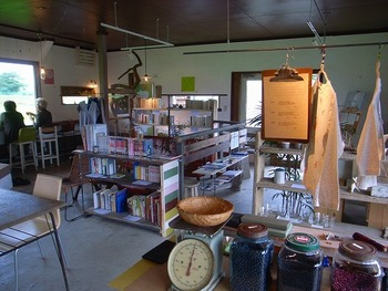 オシャレな店内には、これまたセンスの良い家具や雑貨がずらっと並んでいます。圧迫感のない空間は、ほっこりとリラックスさせてくれます。