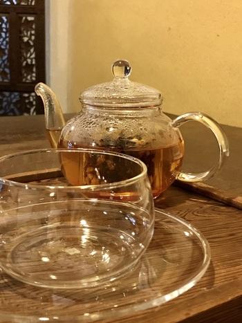 もちろんお茶も豊富に揃っています。なつめやシナモン、しそなどの7種類の薬膳茶と、グローブやレモンが入った5種類のチャイが勢ぞろい。体質改善をご希望の方にはオリジナルの薬膳茶の配合もしてくれるようなので、こちらに訪れた際はぜひ試してみて欲しいですね♪