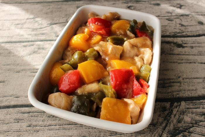 野菜と鶏肉を同じ大きさにカットして火通りをよくした酢鶏は、なんと電子レンジで作るスピードレシピです。トータルで10分以内に作ることができるので、覚えておくと重宝します。