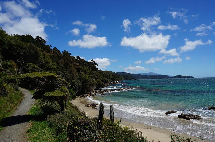 ニュージーランド最南端の島「スチュアート島」。住民は、約400人程という小さな島です。なんと島の約9割が国立公園で、手付かずの自然を保護しています。  最南端の自然と野生動物の楽園であるこの島を、ぜひ冒険してみましょう!