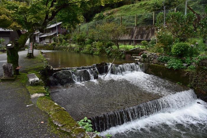 人里離れた集落はこんなに素敵な水辺や緑でいっぱい!昔ながらの古民家もあってなかなかレトロなところです。とっても静かで穏やか。滝の流れに耳を澄ましながらゆっくりとこちらの集落を散歩するだけでストレスが発散できそうです。