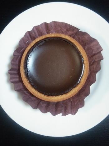 ショコラの甘い香りを堪能できるおすすめのお土産は、生チョコタルト&フォンダンタルト。こちらは生チョコタルト ビター。生チョコレートの味と香りをしっかり楽しめます。