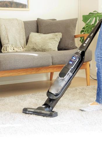 そして、気をつけたいのが床を掃除する手順。ホコリがたくさん落ちている状態で、いきなり掃除機をかけると排気口の風でホコリが舞い上がって、一見キレイになったと思いがちですが、掃除が終わった頃に舞っていたホコリが床に落ちてきてしまいます。