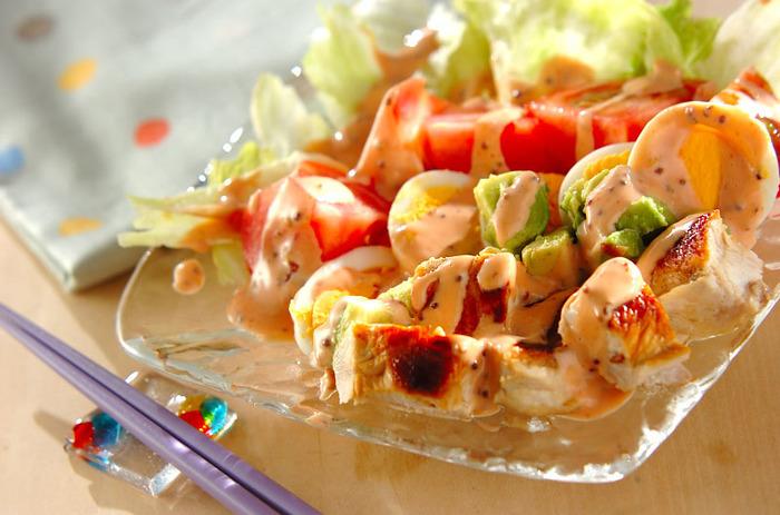 ケチャップとマヨネーズを合わせるクリーミーなオーロラソース風のドレッシングは、コブサラダによく合います。さらに、ヨーグルトも加えて、さっぱりと仕上げるレシピもたくさんあります。