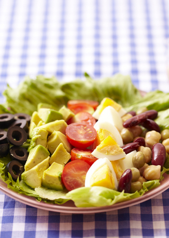彩り豊かで栄養バランスも抜群の「コブサラダ」。選ぶ材料やソースのテイストを変えることで、飽きずにおしゃれに楽しめますよ。ぜひ、食卓の定番にしてみませんか?