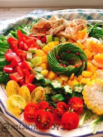 まっすぐに配置することが多いコブサラダですが、写真のように、ラウンドタイプの大皿に、丸く盛り合わせるのもおすすめ。具材をあらかじめ切っておけば、食べる前にレイアウトするだけ。パーティーや朝食にもいいですね。