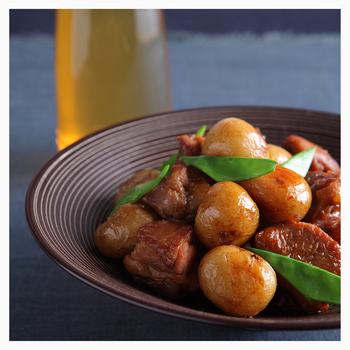 上品な煮物には、上品なお皿を合わせてみると料亭のような洗練された雰囲気に。お皿の質感や落ち着いた色味が料理を美味しく見せてくれます。