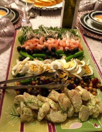 ホタテにディルとドレッシングを和えたものや、ぷりぷりのエビなど魚介類を組み合わせた贅沢なコブサラダ。このほかにも、タコや白身魚など、シーフートサラダの具材になりそうなものならなんでもOK。おもてなしにもおすすめのメイン級の1品です。