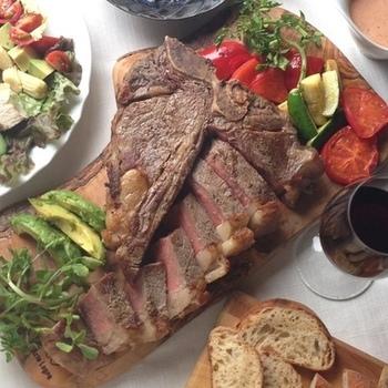 Tボーンステーキとフォアグラのベリー添えに、コブサラダの献立。とても豪華ですね。お肉もりもりのディナーも、コブサラダがあれば、しっかり栄養バランスも取れ、色合いもきれいです。