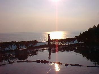水着で入る混浴の温泉露天風呂が、元町港から歩いて4分程度の場所にある「元町 浜の湯」です。先に紹介した「愛らんどセンター御神火温泉」のすぐそばの長根浜公園内にあるため、温泉巡りができます。