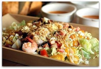 ゆで卵をザルでこしたものやオニオンチップをトッピングして、繊細なミモザ風に。彩り野菜を多く使って、見た目もより美しく。味噌風味のドレッシングを添えています。