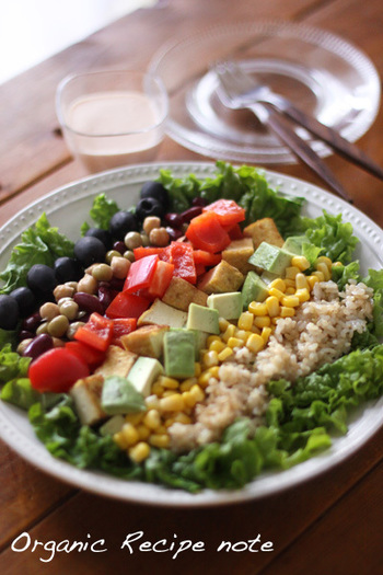 ヘルシーで食感にアクセントのつく玄米は、サラダのおすすめ具材のひとつ。黒オリーブや真っ赤なトマト、緑濃いリーフレタスなど、色の対比がはっきりした食材を組み合わせると、パッと目を引く鮮やかさが演出できます。