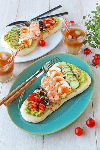 トースターで簡単に焼けるナンに、野菜やエビ、卵などをきれいに配置して。これ1品で完結する、バランスの良さも魅力です。カレー味のサイドメニューにも合いそう♪
