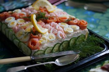 甘い物が苦手な方のバースデーケーキにおすすめなのが、スウェーデンでお祝いに時に食べられるサンドイッチケーキ、スモーガストルタです。