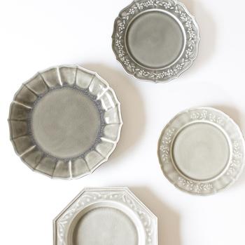 お料理を美味しく見せたい方は、お皿に意識を置いてみましょう!シンプルな食器は合わせやすく重宝しますが、お料理に合わせてお皿のデザインや色味を選ぶことで、料理を更に美味しく見せてくれるものです。食欲は見栄えだけでなく気分も重要なポイントですので、気分が上がるお皿を探してみるのもいいですね。