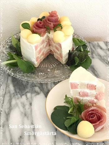 これちらは、2色のパンを使って作ったサン・セバスチャン風です。生ハムとポテトで大人の塩味バースデーケーキに。ひと手間かかりますが、モザイク風の断面がとってもキレイです。