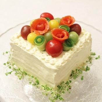 カットする前のサンドイッチをクリームチーズやマッシュポテトなどでデコレーションすれば土台はできあがり。シーフードや野菜でトッピングを自由に楽しみましょう。