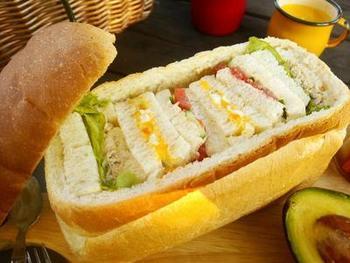 一見難しそうですが、細長くて切れ味のいい包丁があれば意外と簡単です。パンくり抜いたら、サンドイッチを作って詰めるだけ。器のパンは最後にちぎってディップやジャムを付けて食べたり、パングラタンにするのもおすすめです。
