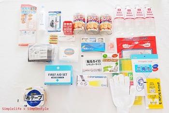 緊急避難に必要な物を集めたセットは色々と出ていますが、水や非常食、応急セット+ポータブルトイレなど、中身の一例はこんな感じです。