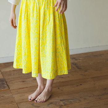 リラックスのために穿くのではなく、着替えスペースが取れない時にスカートをかぶってその中で着替えるのに使えます。子供が使うプールタオルのような代用品に。