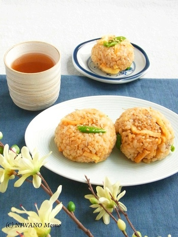おいしく玄米が炊けたら、おにぎりにしてみるのはいかがでしょう。焦がし醤油の香ばしい匂いが食欲をそそる一品。お弁当にもおすすめです。