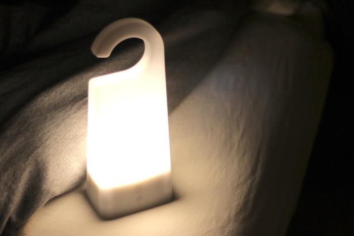 寝室向けのライトには停電時に自動点灯する物があります。懐中電灯を探しに行くために怪我をしないように、充電式のルームランプか懐中電灯を枕元に近い所に用意しておきましょう。
