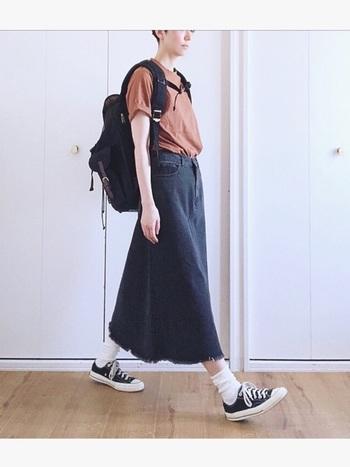 こちらはJOURNAL STANDARD relumeのブラウンTシャツ。上と同じくデニムを合わせていますが、スカートにして足首を少し出すことで抜け感が出ていますね。